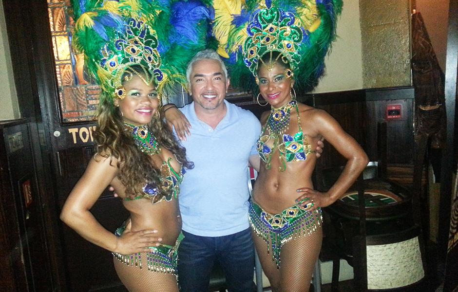 Cesar Millan bij RTL Late Night met samba danseressen