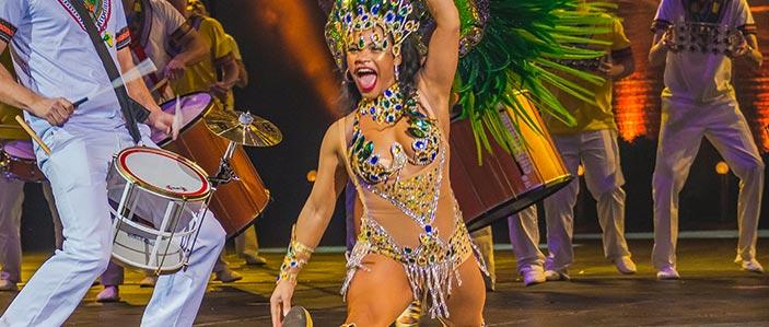 Samba danseressen met batucada percussie